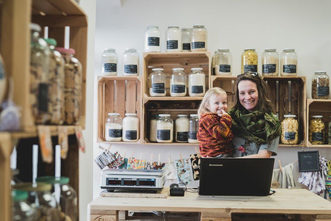 Martina Lízlová s dcerkou v bezobalovém obchodu Meloun