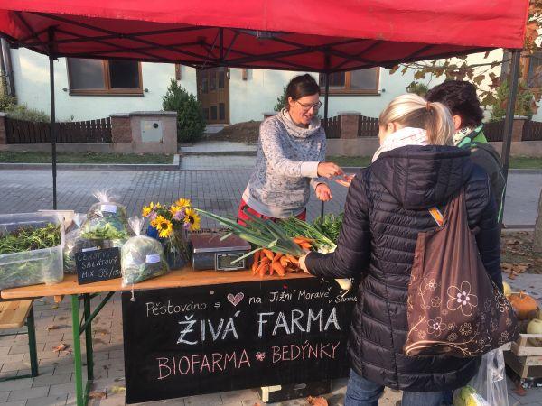Živá farma a jejich biovýpěstky na trzích
