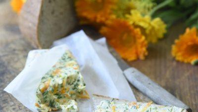 Máslo s bylinkami, měsíčkem a konopným olejem