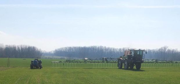 Živá farma brání polní cestu, kterou stroje Agrofertu hodlaly opět po roce rozorat.